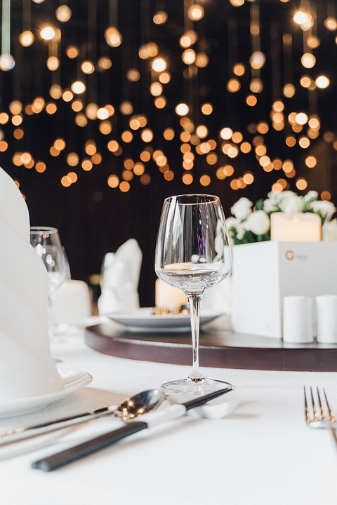 éclairage et dressage de tables dans une soirée